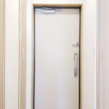 玄関はシンプルイズベスト!※写真は2階の同間取り別部屋のものです