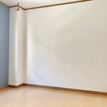 洋室は6帖の広さ。こちら側がテレビを置きスペースで・・・
