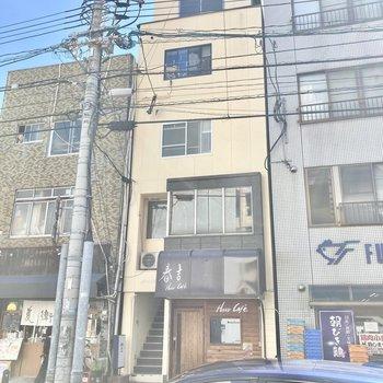 ビル群にはさまれた、レトロな4階建マンションです。