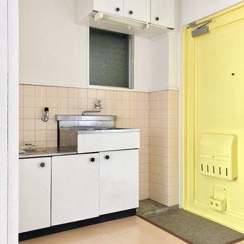 玄関前がキッチン。