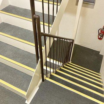 3階までは階段です。