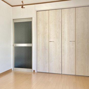 こっち側がベッドスペースかな?ドアがあるので、スペースをあけて配置しよう。