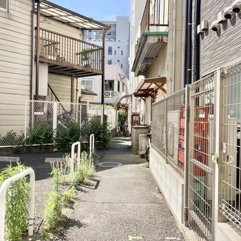 マンション入り口は裏手側から。下町っぽい雰囲気が良い・・・!