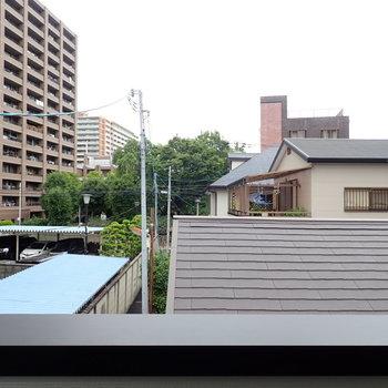 屋根越しの空。