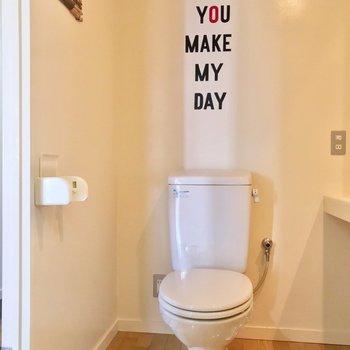 トイレは洗面台の前に。ボジティブなメッセージがありました。