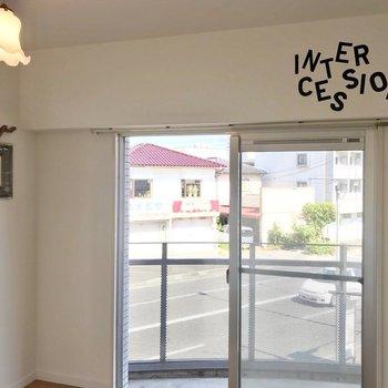 横の窓の上には「交差点」を意味する文字。人生の分岐路、ってことか……?