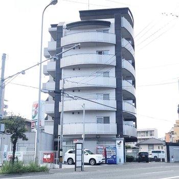 大通り沿い、オートロック付きのスタイリッシュなマンションです。