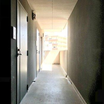 共用廊下は黒で統一されていて、シックな雰囲気。