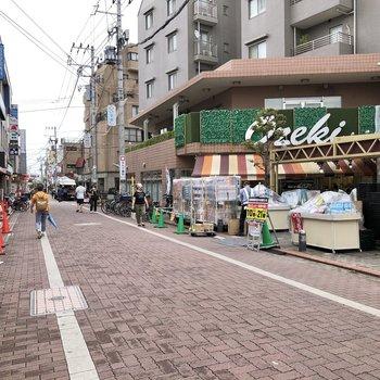 駅周辺にも様々なお店が並んでいました。