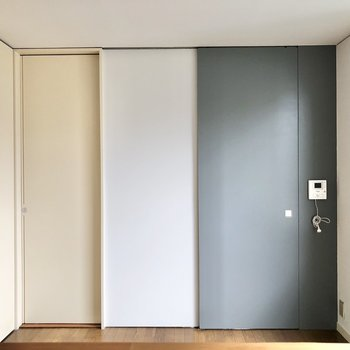 【DK】右は玄関へ、左はサニタリールームへと続きます。