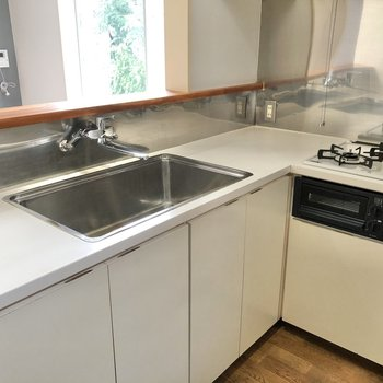 【DK】シンクの両側に調理スペースがあります。