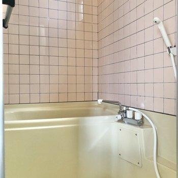 お風呂にも小窓付きで換気も簡単に。