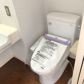 洗面台横にトイレがあります。