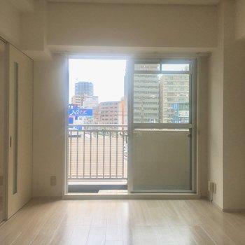 洋室①】窓が2つあって風通しがいいです〜