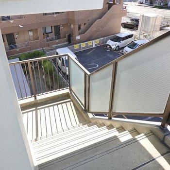 お部屋は3階でエレベーターはありませんが、幅の広い階段で上り下りも家具の搬入も安心できそう。