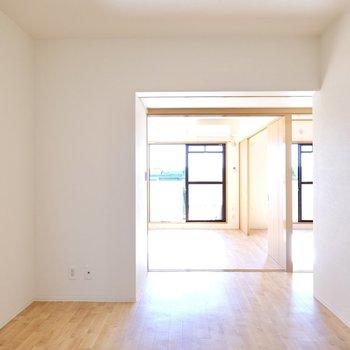 玄関を抜けるとまずダイニングへ。その奥には6帖の洋室が2つあります。