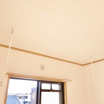 西側の洋室には着脱式の竿受けもあるので、雨の日の部屋干しだってできます。