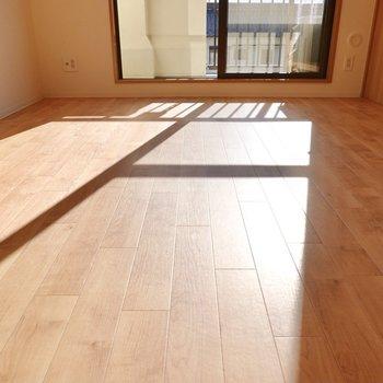 床は無垢調のクッションフロア。おひさまの光がより温かく感じられます。
