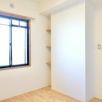 窓側には壁の隙間に小さくて可愛らしい棚が!