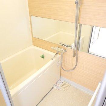 お風呂も木目調!水栓やシャワーが新しくなり、ワイドミラーも新設されました◎