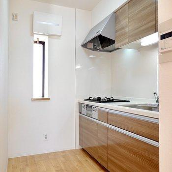 ダイニングの奥にはキッチン!内装と合わせた木目調の新しいキッチンです◎