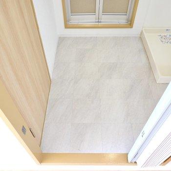 床は清潔感のある石調。ひとりでゆったりと使える広さです。