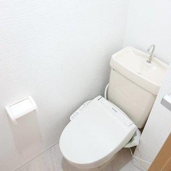 トイレは嬉しいウォシュレット付き。収納棚もしっかりありますよ。