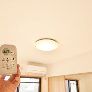 洋室とダイニングの照明は全て調光調色対応。温かい空間にも集中できる空間にもできますよ。