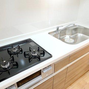 グリル付きの3口コンロにシンクもかなり広め。調理も洗い物もラクになりそう!