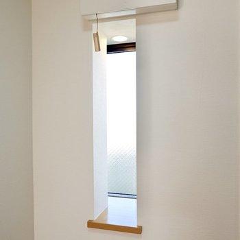 窓にはニッチがあり、なんと照明も!お気に入りの絵やオブジェなどを飾りましょう。
