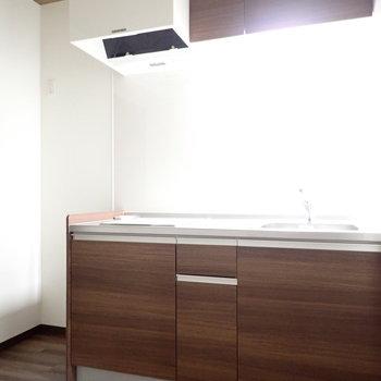 キッチンの木目調もいいなあ。※写真は同間取り別部屋のものです。