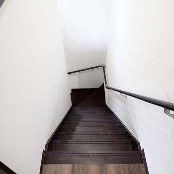 階段をおりましょう。※写真は同間取り別部屋のものです。