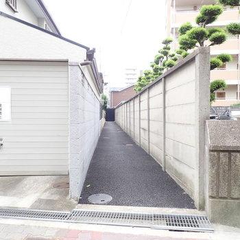 こちらの細い小道の向こうにお部屋がありますよ!