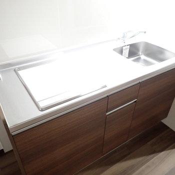 キッチンまわりはお掃除しやすい素材です。※写真は同間取り別部屋のものです。