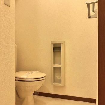 トイレは洗面台の右手に。