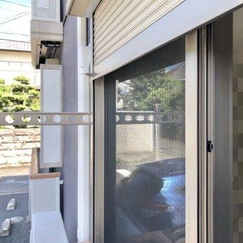 窓の外には屋外用物干し竿受けがあります。