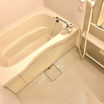 浴室は洗面台の左手にあります。追い焚き機能付きです!