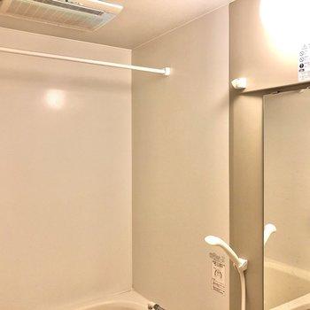 鏡や棚、浴室乾燥機もついてますよ。