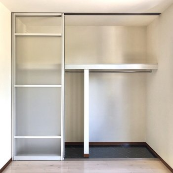 【洋室】壁一面の収納は2段にわかれており、使い勝手が良さそう。