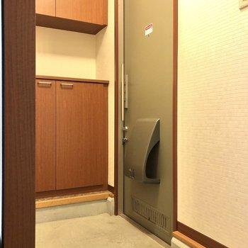 キッチン後方の扉を開け玄関へ。