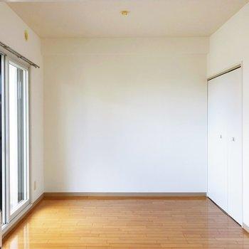 【洋室】セミダブルサイズのベッドが置けそう。