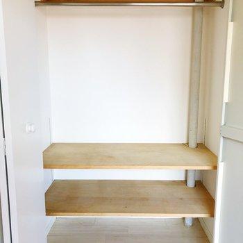 【洋室】棚付きで細かく分けた収納ができますよ。