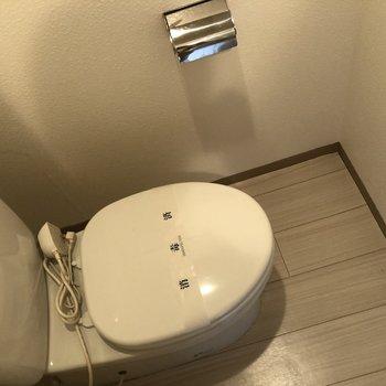 白で清潔感のあるトイレです。