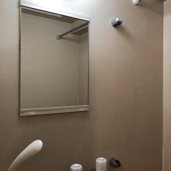 鏡がついているので洗顔がしやすいです。