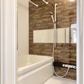 浴室も余裕感があり、バス用スツールも置けそう。※写真は前回募集時のものです
