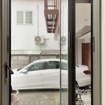 小窓からはお隣さんが見えます。※写真は前回募集時のものです