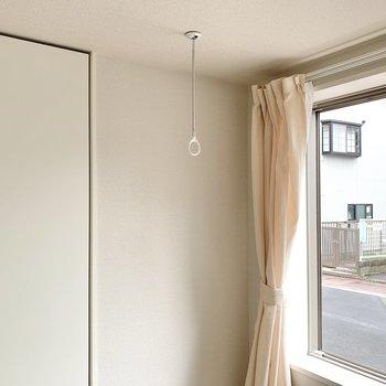 バルコニーはありませんが、窓の前で室内干しができるみたいです。※写真は前回募集時のものです