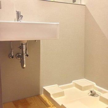 お風呂の横に洗面スペースがあります