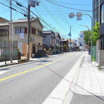 【周辺環境】お部屋の前は道路。車通りは少なかったですよ。
