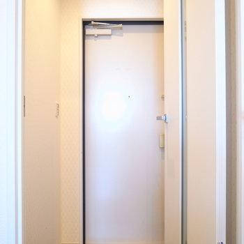 玄関とのあいだには扉があります。
